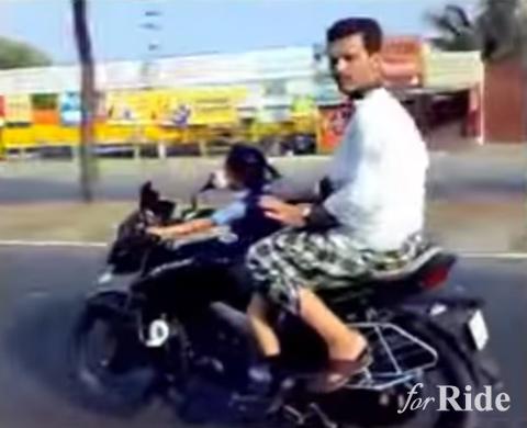 合成!? いや、マジだ…4歳児が公道でバイクを運転してる!