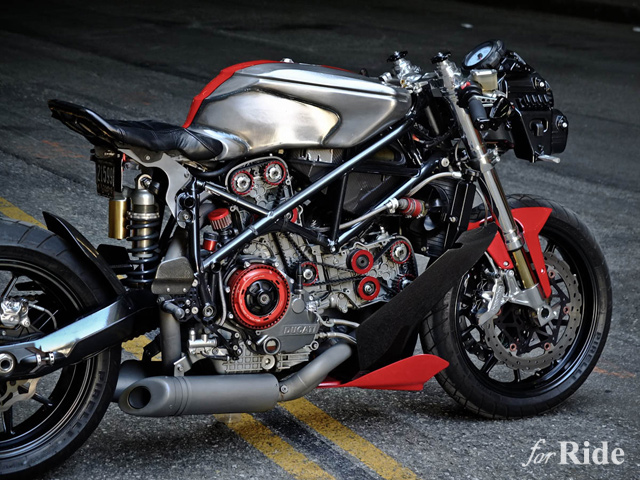 極限までストリップされたドゥカティ「スーパーバイク749」