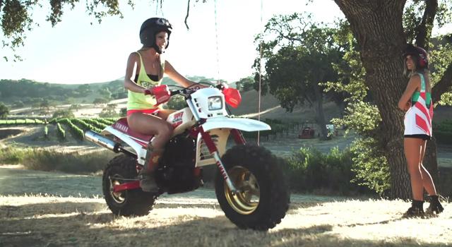 ヤマハBIG WHEELに乗る金髪水着ギャル「FOX GIRLS」がセクシー!