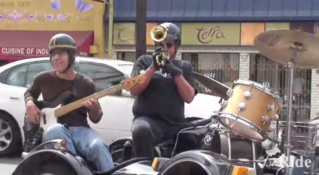 上手すぎる!サイドカーに乗ったゲリラのジャズ楽団とは?