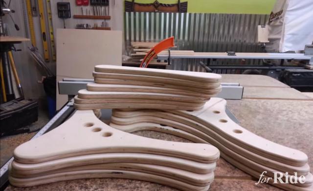 これはキモカワイイ!電動ドリルで動く木製の2足歩行風ロボット!