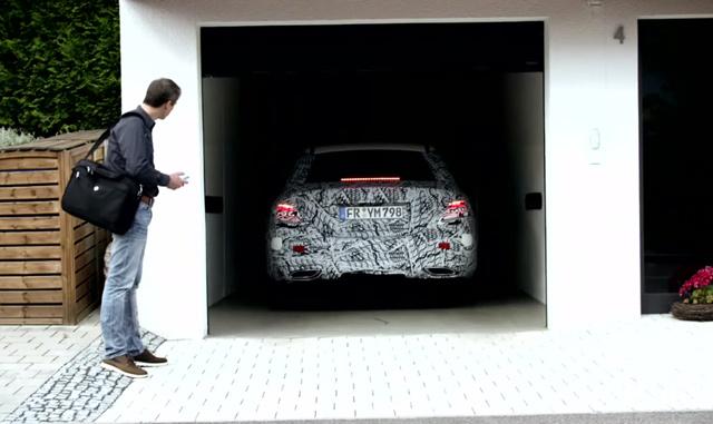スマホ操作で狭い駐車場でも出し入れカンタン!新型ベンツEクラスの「リモート・パーキング・パイロット」