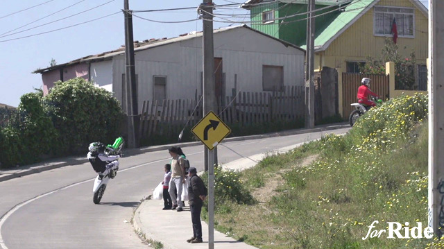 チリの住宅街をモトクロスが駆け抜ける!「SHIFT」のプロモーション動画