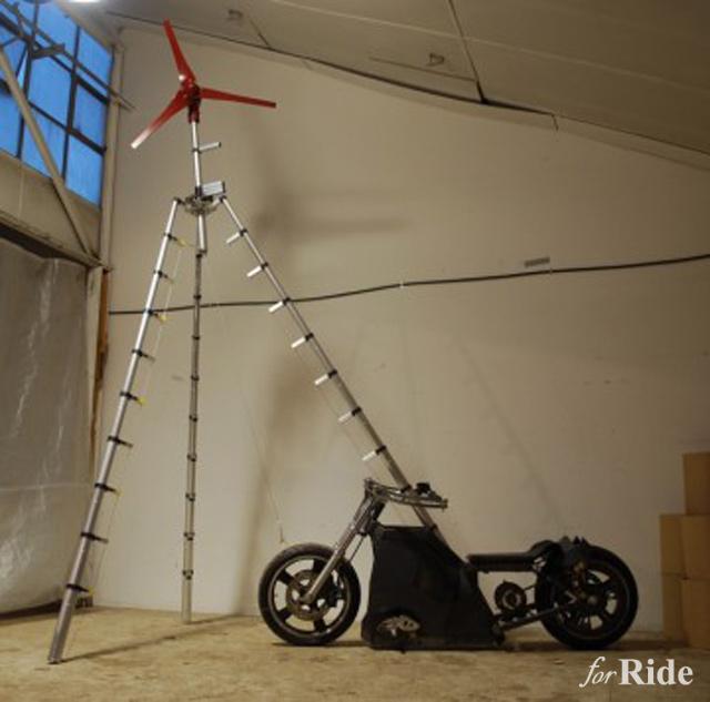 世紀末スタイルながら風力発電で走行可能な電動バイク!