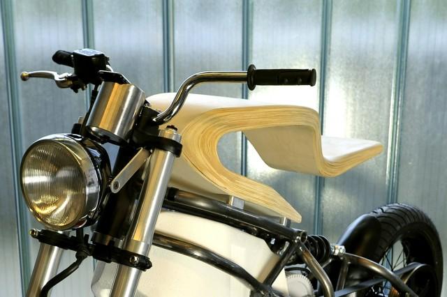 シートに流線型の合板を使った電動バイク「E-Raw」