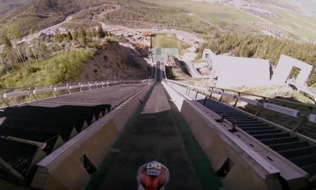 スキーのジャンプ台からバイクでジャンプする衝撃映像