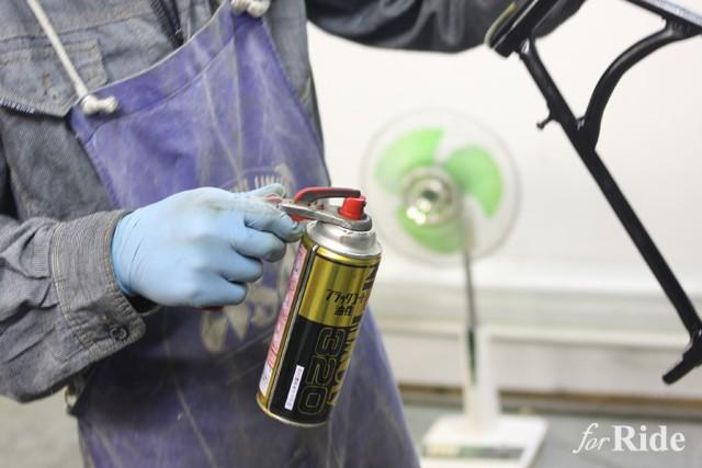 意外と使いづらい缶スプレーを劇的に吹きやすくするアイテムとは?