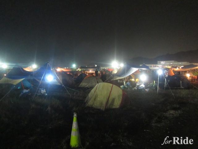 夜のテントサイトはランタンが灯り綺麗だ。