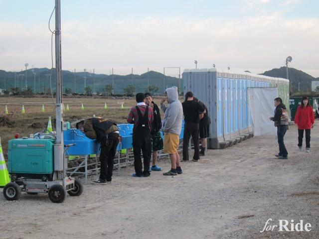 水場もトイレも相当数準備されている。簡易トイレだがボランティアスタッフがこまめに清掃しているので清潔だ