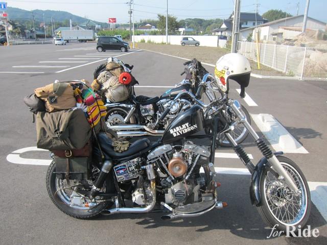 コンビニに仲間がいるのを発見。こうした道の上での出会いが旅の醍醐味。