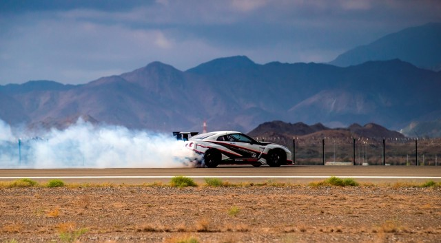 Nissan GT-R quebra recorde mundial de drift mais rápido