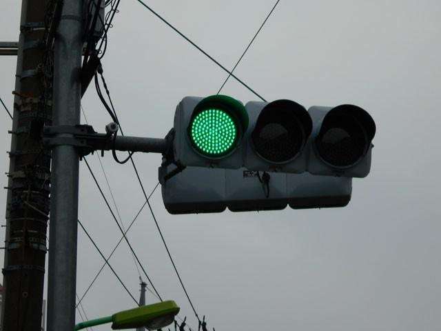 赤・アオ・黄色…あれ?日本の信号機って矛盾してる!?