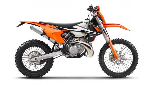 142472_KTM 250 EXC 90de re MY2017 studio