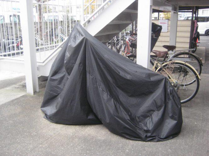 屋外に駐車するバイク