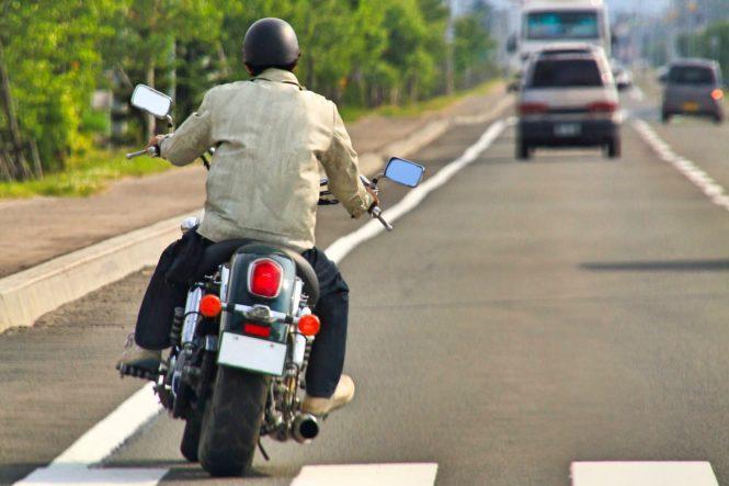バイクで走る男性