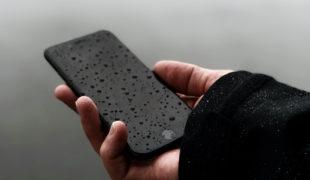 水に濡れたiPhone
