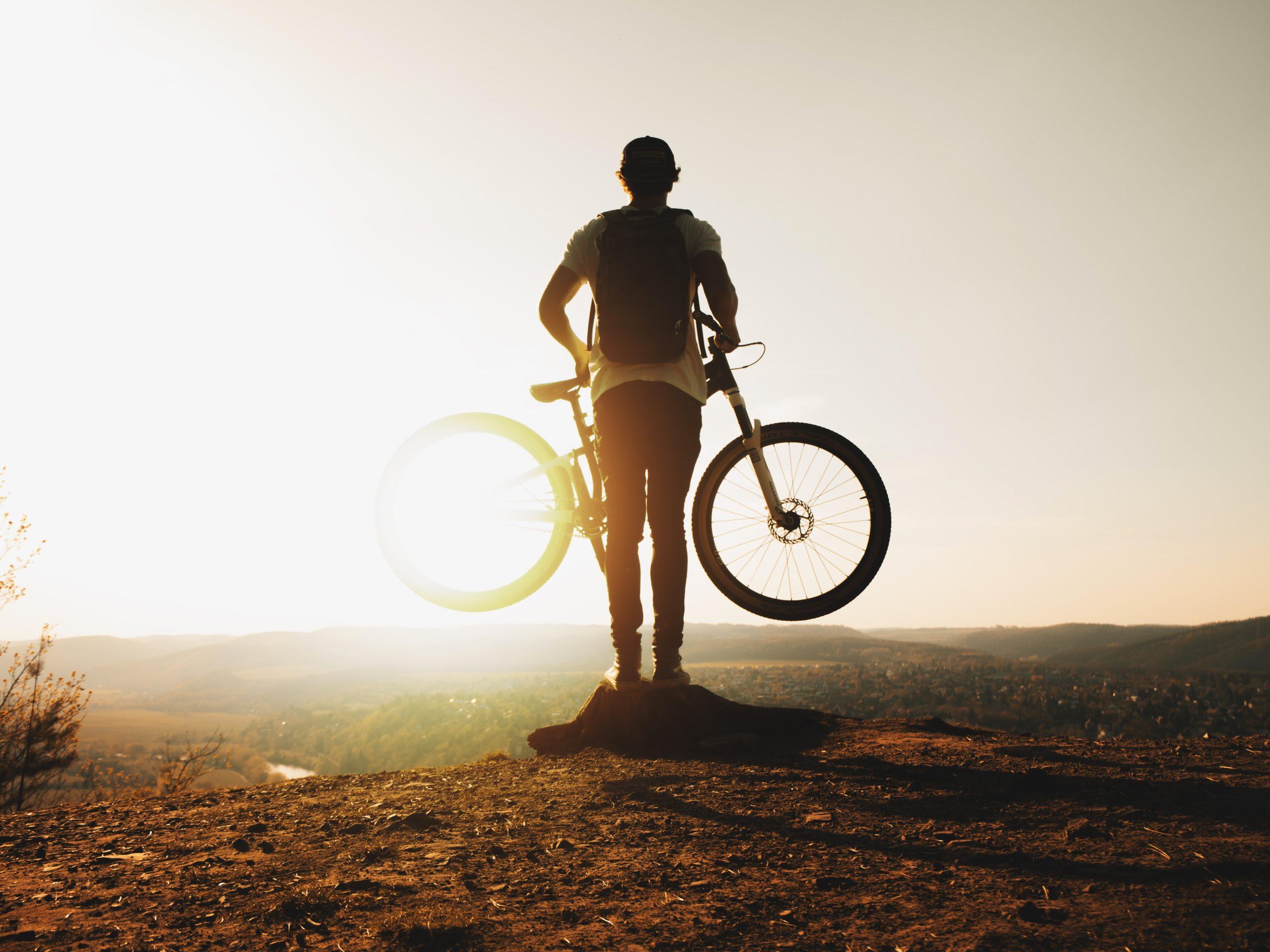 バイクをもつ男性