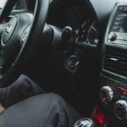 車を運転するとき、左足でブレーキを踏むメリット・デメリット