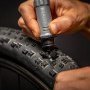 タイヤのパンクはワンパンで修理できる!? 収納に忍ばせておきたい神アイテムとは