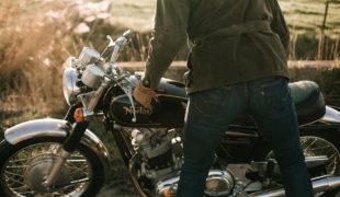 バイクを起こす男性