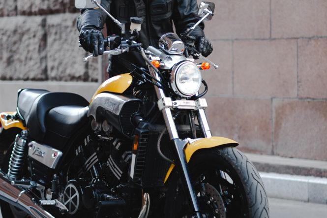 バイクを押す男性