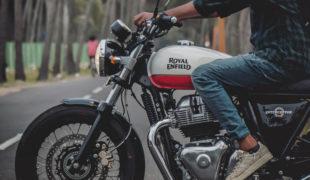 バイクに乗る男性