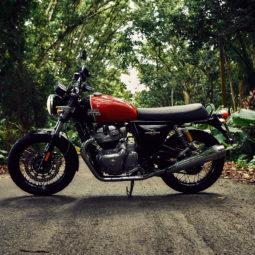 屋外にあるバイク