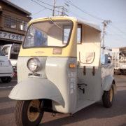 昭和の三輪車ミゼットが玉川温泉の湯を各家庭にお届け!ハイタツミゼット
